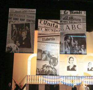 Grote banners met Argentijnse krantenkoppen Evita - Meerdere banners met krantenkoppen in Evita
