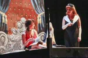 Chique achterwand bed - Achterwand bed in scène Evita