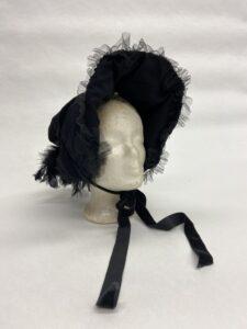 Hoedje met franjes, strik en veertjes - Zwart hoedje met kap