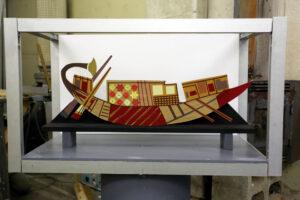 Vitrine met Egyptisch bootje - Vitrine met Egyptisch bootje