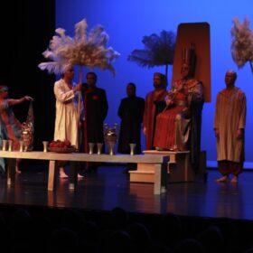 Gemarmerde tafel in scene Aida