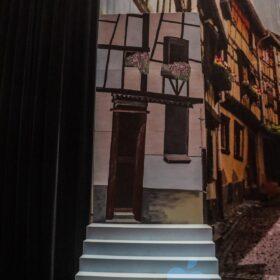Decorwand met trap beschilderd met een Beiers huisje