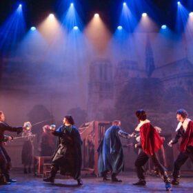 Theaterdoek Notre-Dame in scène uit 3 Musketiers de Musical