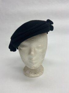 Zwart vilten baret met versiersels - Zwarte baret