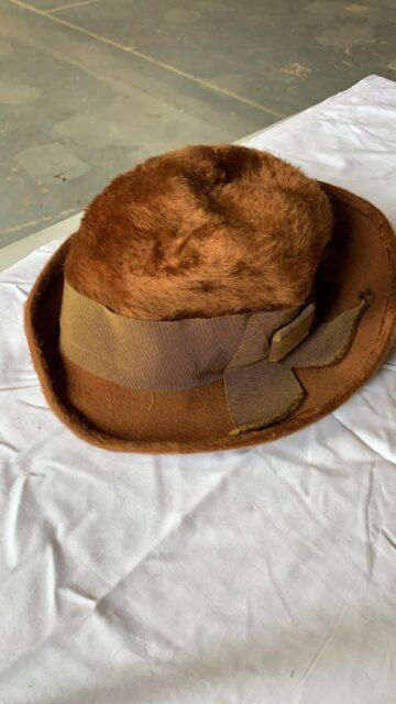 Bruine, vilten hoed met lint -