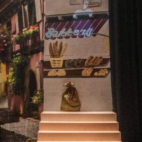 Decorwand met trap beschilderd met een bakkerij