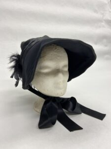 Zwart hoedje met strik en veertjes -