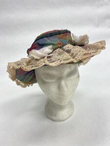 Kleurrijk hoedje met kant en bloemen - Kleurrijk hoedje