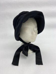Zwart hoedje met satijnen strik - Zwart hoedje met kap