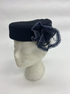 Zwart hoedje met kanten corsage - Zwart hoedje