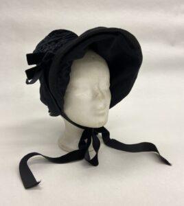 Zwart hoedje met satijnen band en strikjes - Zwart hoedje met kap