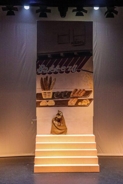 Decorwand bakkerij met trap - Decorwand met trap beschilderd met een bakkerij