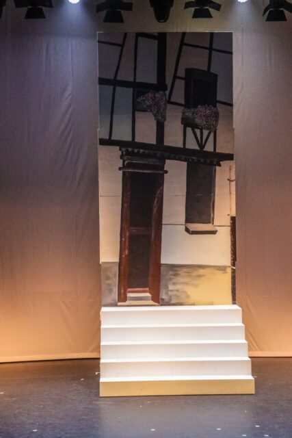 Decorwand Beiers huisje met trap - Decorwand met trap beschilderd met een Beiers huisje