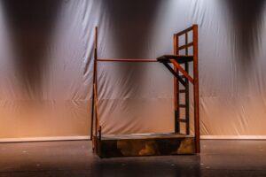 Somberen houten speelrek - Houten klimrek in sombere stijl