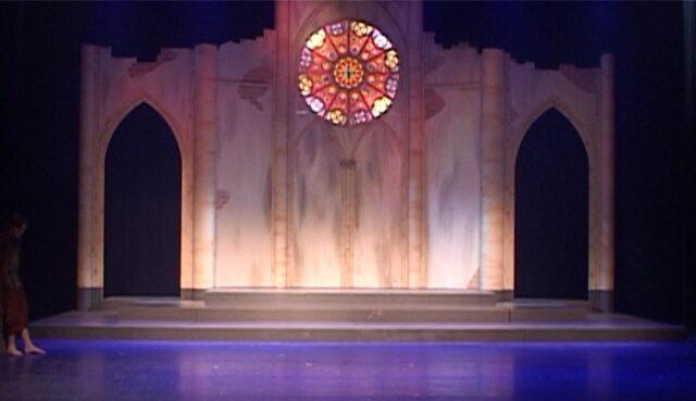 Toneelbeeld vervallen kerk met kerkraam - Decorwand Jesus Christ Superstar in theater