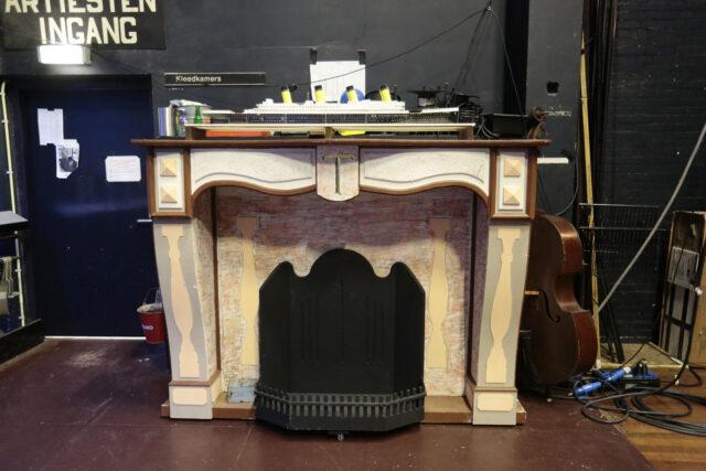 Grote schouw met houtsnijwerk - Grote schouw backstage in theater