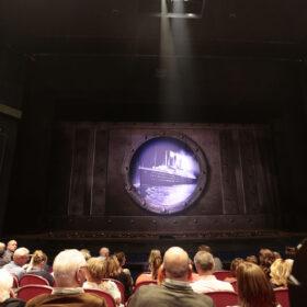 Theaterdoek Titanic door patrijspoort