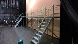 Hoge loopbrug met trappen - Loopbrug met trappen naar voren gericht