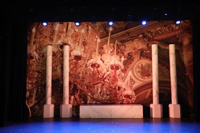 Theaterdoek kroonluchter in paleis - Theaterdoek kroonluchter in paleis in toneelbeeld 3 Musketiers