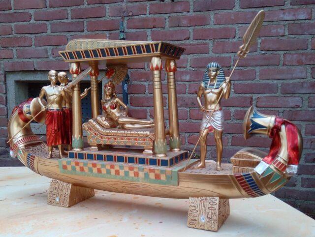 Farao bootje - Beeldje van een Egyptisch bootje met farao
