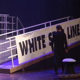 Loopbrug met doek 'White Star Line' zoals gebruikt in Titanic de Musical