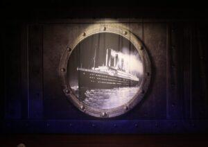 Theaterdoek Titanic door patrijspoort - Theaterdoek Titanic door patrijspoort