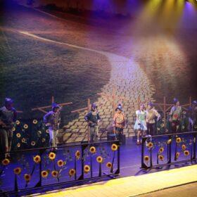 Theaterdoek goudgele straat in toneelbeeld De Tovenaar van Oz